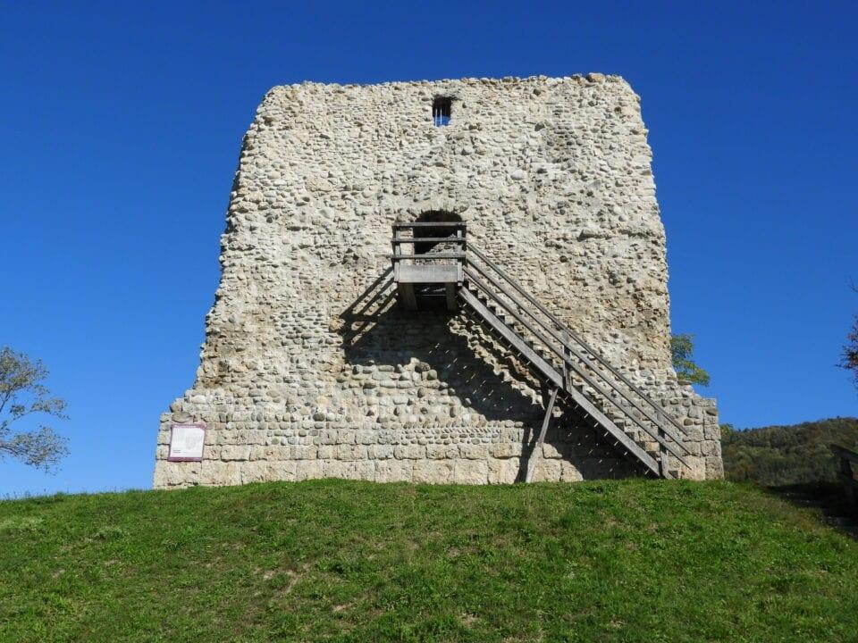 Von der Burgruine Freienstein hat man einen schönen Ausblick über das ganze Tal.